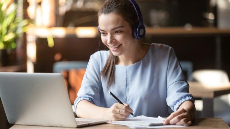 MakoStars LLC/ MakoStars girl studying online